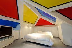 Gelb-blau-rote #Decke in #Flächen. #Spezielles #Design für ein Schlafzimmer im #Dachgeschoss.