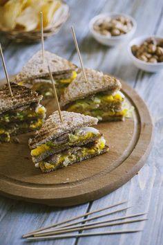 Tramezzino sgombro e uova: Il #tramezzino #sgombro e #uova è la soluzione perfetta per organizzare un bell'aperitivo con gli amici, oppure per un pranzo al sacco da far invidia!