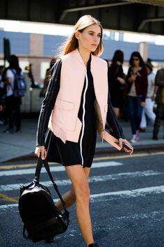 colete rosa e vestido preto