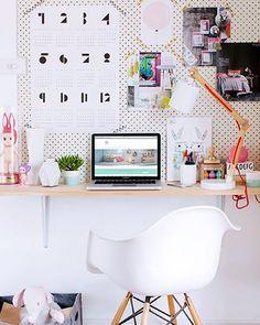 Voces querem inspiração de escritório fofo? Então olhem esse que tudoo!  www.diycore.com.br #amor #arte #arquitetura #boatarde #blog #blogdecor #escritorio #cor #cadeira #homeoffice #DIY #dica #decor #decoração #decoración #fofo #home #homedecor #homedesign #interior #instacasa #instahome #instadecor #quadros #fofo #pegboard #luminaria #colorido