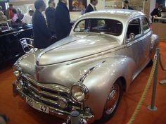 (Retromobile, février 2006) Reconnaissable à ses chromes si particuliers (calandre, pare-chocs, sortie d'échappement), la Peugeot...