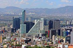 Este lugar es la Cuidad de México. Estos edificios son rascacielos. Los rascacielos son muy altos y normalmente azules. También, hay edificios pequeños.