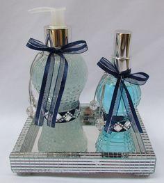 Kit Banheiro/Lavabo inclui: <br> <br>1 sabonete liquido 250ml no vidro cinturinha decorado, <br>1 aromatizador de ambientes 110ml no vidro cinturinha decorado, <br>1 bandeja espelhada na medida <br> <br>Essências disponíveis <br> <br>super baby <br>primavera <br>rosa do marrocos <br>verbena <br>troussot