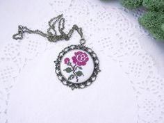 Violet Rose Κεντήματα κολιέ, σταυροβελονιά κέντημα κολιέ, χέρι Συρραμένο Λουλούδι κολιέ, Χέρι Κεντημένα κολιέ, ύφασμα κολιέ