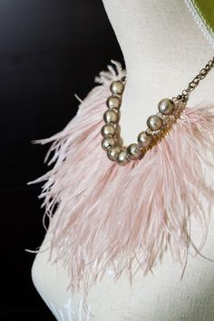 Collar plumas nude. Nude feather necklace.