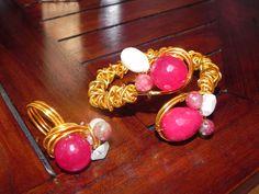 Diseño de tocados, pendientes, collares, anillos y pulseras realizados de manera artesanal para deslumbrar con creaciones únicas y especiales.También realizamos tocados por encargo todo para impresionar en las ocasiones especiales. Somos especialistas en alta bisutería y complementos.   #macalar #complementos #moda #fashion #pulsera #anillo #collar #rosa #dorado #fashionblogger #armparty #style #party #trendy #tendencias http://macalar.blogspot.com www.artesanio.com/macalar