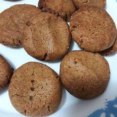 Receita de cookies low carb da @midesimone! . Só misturar: 1 xícara de pasta de amendoim/amendoas/castanha de caju (usei a de amendoim tradicional da @power1one) 1 ovo Adoçante natural a gosto (usei 2 colheres de sopa de xylitol) . E aí é só dispor em uma forma untada ou com papel manteiga pra não grudar. 20 minutos a 180 graus.
