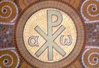 Le chrisme est formé des 2 lettres grecques Χ (chi) et Ρ (rhô). Monogramme du Christ, on le trouve souvent accompagné des lettres α (Alpha) et ω (Oméga) - représente la totalité : la commencement et la fin. Par ailleurs, le verbe grec ainsi formé, ἄρχω, signifie « diriger, aller en tête, commencer » et renvoie à la double caractérisation de Jésus-Christ : fondateur et premier chef de l'Église chrétienne naissante.