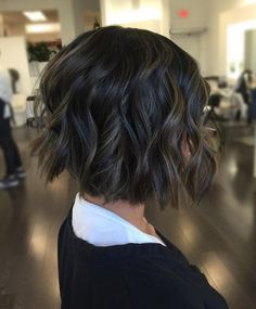 Brunette Bob with Babylights Dark brown is, without a doubt, the sultriest hair color. Add some spice to a chunky bob with babylights — a solid color paired with a bold chop can be severe for some ladies, and babylights soften hairdos beautifully. Best Bob Haircuts, Wavy Bob Hairstyles, Modern Haircuts, Hairstyles 2018, Bobs Blondes, Brunette Bob, Babylights Brunette, Chin Length Bob, Blonder Bob