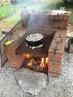 Excellent Free Backyard Fire Pit bbq Suggestions Many of modern day homeowners are looking for over a traditional wooden deck using a barbecue grill into their. Pit Bbq, Bbq Grill, Fire Pit Grill, Fire Pit Cooking, Easy Fire Pit, Cooking Kale, Cooking Salmon, Fire Pit Backyard, Backyard Patio