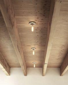 Mooi houten balkenvloer met dito vloerdelen