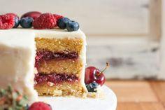 Chá das Cinco: Receita de bolo de baunilha, chocolate branco e frutos vermelhos