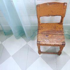 Älskar mötet mellan nytt och gammalt. Här en liten stol i ockra mot den dimgröna enkla gardinen från Ikea, och golvet som vi målat rutigt. #gammalstol#nyttochgammalt#ockra#inredning#inredningsinspiration#interiordesign#rutigtgolv#lantligt