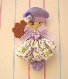 dulces pilukas: Pilukas Caramelitos Doll Crafts, Sewing Crafts, Easy Crochet Hat, Felt Fairy, Felt Patterns, Brooches Handmade, Felt Toys, Felt Ornaments, Ooak Dolls