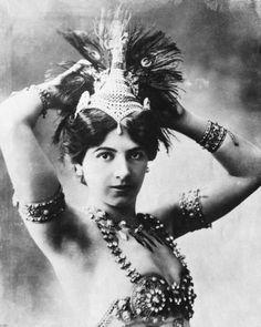 ¿Quién fue Mata Hari? Te contamos la #historia de una de las espías más famosas del mundo: http://www.muyinteresante.es/historia/articulo/la-historia-de-mata-hari