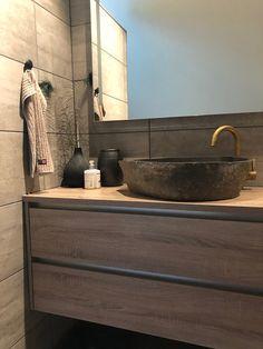 Baderom - Lilly is Love Bathroom Shelf Decor, Rustic Bathroom Shelves, Beach Theme Bathroom, Bathroom Sets, Bathroom Interior, French Bathroom, Modern Bathroom, Guest Bathroom Remodel, Minimalist Scandinavian