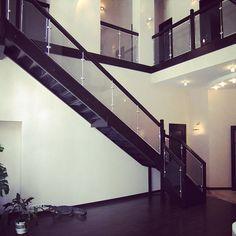 Мебельное ателье FEELWOODS. Лестница в загородном доме в Подмосковье, материал: дуб