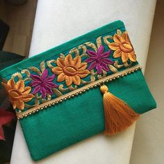 Best 12 Green floral boho clutch – Page 514888169896993521 Boho Clutch, Clutch Bag, Diy Clutch, Embroidery Bags, Embroidery Patterns, Do It Yourself Inspiration, Jute Fabric, Floral Clutches, Beaded Trim