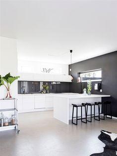 Öppet kök i svart och vitt med barkök