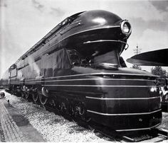 The streamlined Art Deco styled shell of the locomotive was designed by Raymond Loewy. In Pennsylvania Railroad officials decided to build a new passenger locomotive to replace its aging locomotive. Raymond Loewy, Streamline Moderne, Streamline Art, Art Deco Stil, Bonde, Pennsylvania Railroad, Old Trains, Vintage Trains, Train Engines