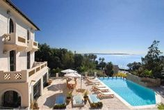 Красивая недвижимости с панорамным видом на море #Cannes  Эта вилла, встроенная 20-го, имеет красивый сад 2400 м2, с фантастическим видом на море и Cap d'Antibes, очень близко к пляжам.   Первый этаж: прихожая, 2 гостиные с камином, солярии.  1-й этаж: спальня с гардеробной и ванно�