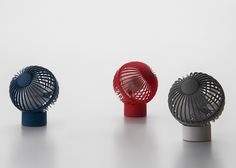 This USB powered mini fan by is a study in minimal, functional design. Domestic Appliances, Home Appliances, Electronic Appliances, Id Design, Modern Design, Wind Direction, Portable Fan, Electric House, Consumer Products