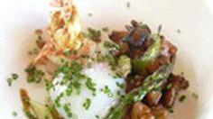 Guiso de espárragos y setas de temporada con espárragos verdes, yuca, huevo cuajado a baja temperatura y langostino