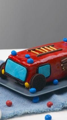 Recipe video: Fire engine cake Tatü-Tata, the fire department is here! Decorated as a fire engine, the classic marble cake makes children's eyes shine. Perfect for the next children's birthday. Rezeptvideo: Feuerwehrauto-Kuchen 400 Source by backende Easy Cake Recipes, Baby Food Recipes, Cookie Recipes, Fire Engine Cake, Chocolate Smoothie Recipes, Marble Cake, New Cake, Homemade Baby Foods, Pumpkin Spice Cupcakes