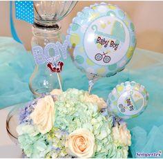 Decora los centros de mesa con flores y añádeles tres globos R-12 Infinity Bebitos inflados con helio para darle altura al arreglo. Ten en cuenta de colocar cada bouquet de tríos en alturas diferentes.