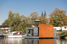 Tugged for 18 hours through 4 locks and underneath 14 bridges, including the famous Charles Bridge, this floating abode finally made it home. Prefabricated Houses, Prefab Homes, Tiny Homes, Prague Cathedral, Rooftop Lounge, Travel Around Europe, Floating House, European House, Tiny House Movement