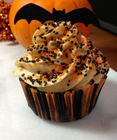 Peanut Butter & Chocolate Cupcakes for Halloween Looking for a festive recipe for Halloween? Try these Peanut Butter & Chocolate Cupcakes with Chocolate Cake, Peanut Butter Mousse, Chocolate Ganache. Halloween Cupcakes, Dessert Halloween, Halloween Chocolate, Halloween Ideas, Baking Cupcakes, Cupcake Recipes, Cupcake Cakes, Dessert Recipes, Dark Chocolate Cakes