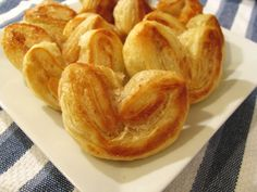Pastry hearts can be found in almost every bakery in Buffalo. They are a relatively simple concept – basically you sprinkle puff pastry with cinnamon and sugar, fold, cut and bake. No Cook Desserts, Cookie Desserts, Delicious Desserts, Yummy Food, Puff Pastry Recipes, Snack Recipes, Dessert Recipes, Cooking Recipes, Mille Feuille