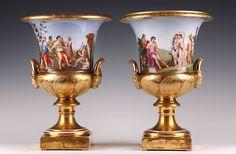Belle paire de vases de forme Médicis, en porcelaine polychrome et or. Ils sont ornés de frises représentant des personnages et des scènes aux sujets tirés de la mythologie antique...