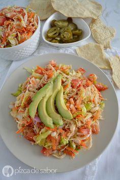 Cómo hacer salpicón de pollo (muy fácil & listo en minutos) Mexican Food Recipes, Diet Recipes, Chicken Recipes, Cooking Recipes, Healthy Recipes, Do It Yourself Food, Deli Food, Yummy Food, Tasty