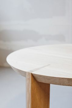 Kil & Oki – Oak Tables and Chairs by Furniture Designer Stine Aas – OEN Design Furniture, Wooden Furniture, Furniture Projects, Table Furniture, Cool Furniture, Furniture Stores, Chair Design, Oak Table And Chairs, Wooden Tables