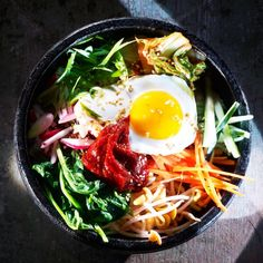 Même si ce nom aux sonorités jazzy nous ferait penser à tout sauf à un plat, le bibimbap est en réalité la quintessence coréenne du repas « in-bowl »...