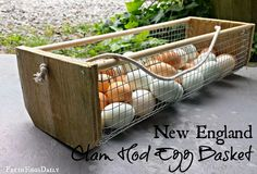 Here is a practical project you can build to help you carry all those chicken eggs into the house. Simple construction and a good design make this a must-have for your chicken coop. See the instructio (How To Make Chicken Coop) Harvest Basket, Egg Basket, Wood Basket, Building A Chicken Coop, Diy Chicken Coop, Chicken Wire Crafts, Garden Basket, Creation Deco, Diy Holz