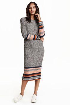 Vestido de malha canelada: Vestido comprido em jersey de malha canelada de mistura de algodão. Tem corte ajustado e mangas compridas.