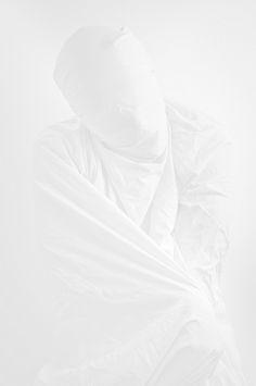 fluentmoves:  weissesrauschen:  . by jinwesst on Flickr.  WHITE / BRIGHT / MINIMALIST BLOG   White as snow, pale blog x