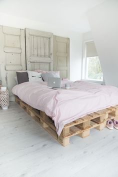 Pallet Bed 200 x 240 cm. of 8 new pallets - - Pallet Bed 200 x 240 cm. Pallet Bedframe, Diy Pallet Bed, Pallet Furniture, New Furniture, Furniture Design, Furniture Ideas, Diy Home Decor For Apartments, Diy Bett, Diy Bed Frame