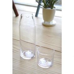 This glass night carafe is manufactured by Sugahara Glass which started as a family business in 1932. Including all the glass blowers produce their own products from beginning to the end all by hand. Blowers are not only technicians but also designers themselves.