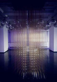 Los diseñadores interactivos rAndom International han creado una instalación de iluminación que puede asignar y reproducir el movimiento humano, que se sitúa en el espacio de exposición MADE, en Berlín-Alemania.