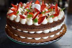 Tort cu mascarpone, lapte condensat și fructe: căpșuni, zmeură, afine - fără coacere | Savori Urbane Food Cakes, Cake Recipes, Dessert Recipes, Jacque Pepin, Easy Desserts, Cheesecake, Deserts, Goodies, Food And Drink