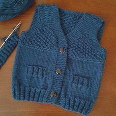 New crochet baby boy vest free knitting Ideas Baby Cardigan, Baby Boy Vest, Cardigan Bebe, Baby Knitting Patterns, Knitting For Kids, Baby Patterns, Free Knitting, Knit Vest Pattern, Diy Bebe