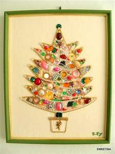 cute vintage button and jewelry Christmas tree