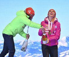 Vítězka Laura Dahlmeierová pomohla Gabriele Koukalové se šampaňským Rain Jacket, Bomber Jacket, Windbreaker, Bronze, Sport, Jackets, Fashion, Rain Gear, Down Jackets