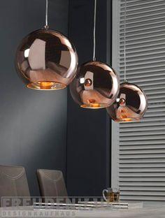 Retro-futuristisches Design für Ihr Heim. Die Hängeleuchte Retro Ball ist mit ihren drei kupferfarbenen Leuchthauben eine ideale Wahl für eine stilsichere und ausdrucksstarke Innenbeleuchtung. Die Lampe ermöglicht Ihnenein auf...
