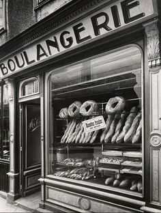Boulangerie - France circa 1935 Fay S. Bakery Decor, Bakery Display, Bakery Design, Old Paris, Vintage Paris, French Vintage, Vintage Photographs, Vintage Images, French Bakery