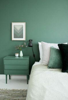 Farbgestaltung Ideen- Erdige Nuancen im Interieur farbgestaltung grüne wandfarbe im schlafzimmer und weißer bodenbelag спальня Minimalist Bedroom, Minimalist Home, Modern Bedroom, Colorful Interior Design, Colorful Interiors, Bedroom Green, Bedroom Colors, Green Wall Color, Green Painted Walls