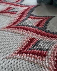ponto reto - toalhabordado bargello o florentino ile ilgili görsel sonucu Motifs Bargello, Broderie Bargello, Bargello Patterns, Bargello Needlepoint, Bargello Quilts, Needlepoint Stitches, Cross Stitches, Loom Patterns, Hardanger Embroidery
